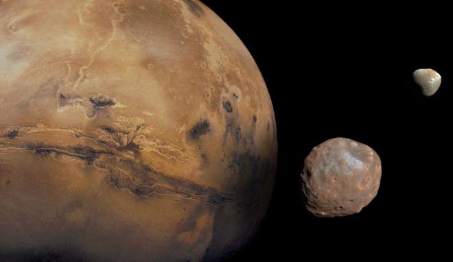 (ภาพจากฝีมือศิลปิน) ดาวอังคารกับดาวบริวาร 2 ดวง คือดวงจันทร์โฟบอสและดวงจันทร์ดีมอส