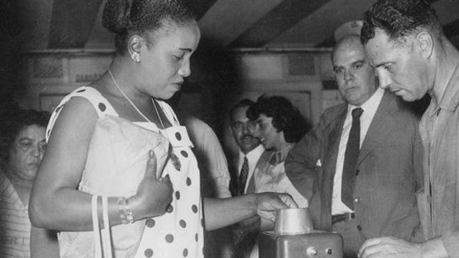 Mujer en el metro de Buenos Aires en 1959