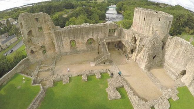 Barnard Castle: Calls to repair crumbling outer walls - BBC News