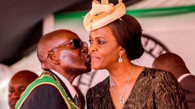 Kabla ya hotuba zake Mugabe alikuwa akimpiga busu la chini ya kidefu chake mkewe Grace.