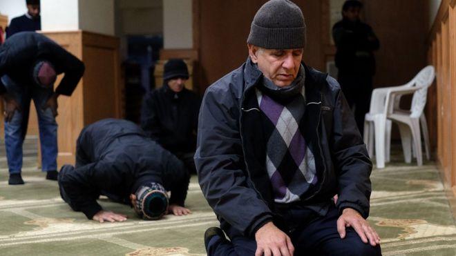 Мусульмане молятся в мечети в Джерси-Сити, штат Нью-Джерси, 7 декабря 2015 года.