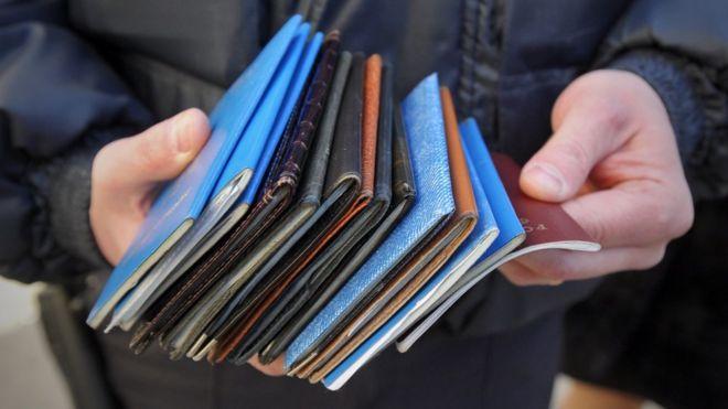 стопка иностранных паспортов
