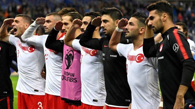 شب پرحادثه فوتبال اروپا: رفتار نژادپرستانه، سلام نظامی و سایه رونالدو روی علی دایی