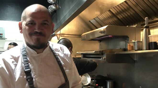 Eduardo García en la cocina de su restaurante Máximo Bistrot