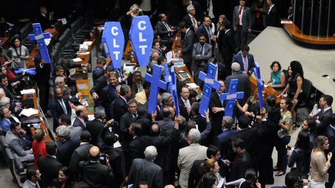 Deputados se manifestam contra reforma trabalhista na Câmara