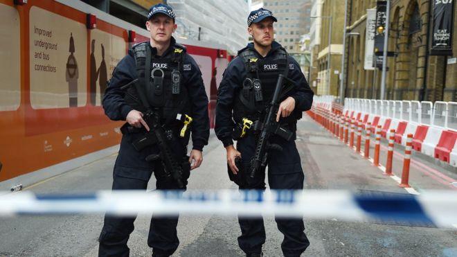 London Brigde çevresinde devriye gezen silahlı polisler