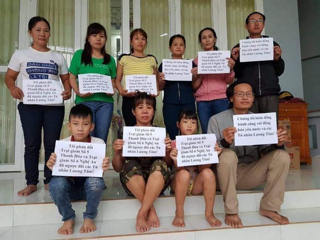 Người thân của một số tù nhân chính trị tại Việt Nam phản đối chính sách mà họ cho là 'ngược đãi' của nhà tù