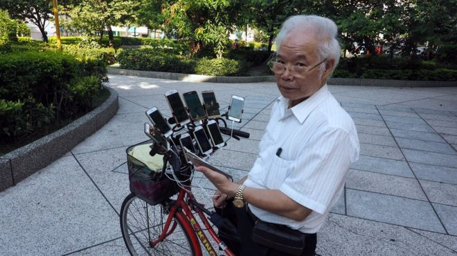 618b74d6182178 Taiwan man rigs bike with 11 phones to play Pokemon Go - BBC News