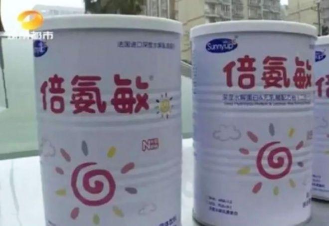 """湖南省的至少五名儿童在食用了这种""""奶粉""""后,成为头骨畸形的""""大头娃娃""""。"""