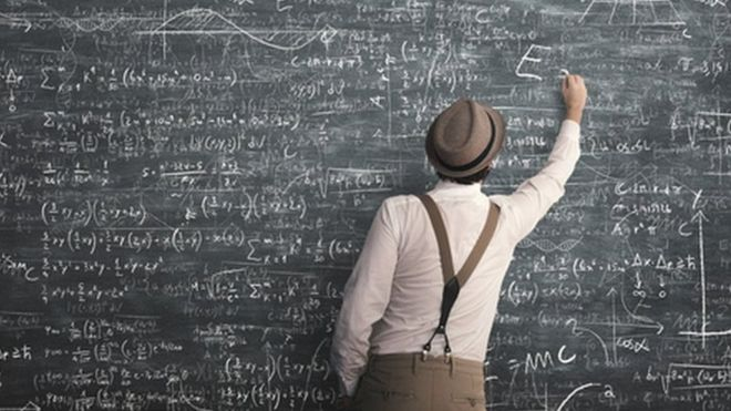 Quadro negro com fórmulas matemáticas