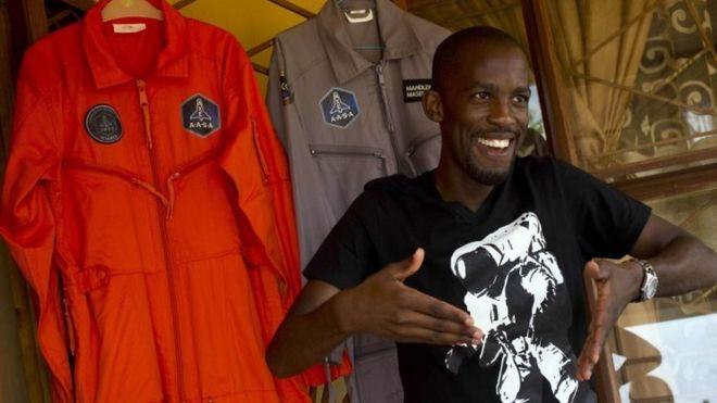 Mandla Maseko akiwa na mavazi yake yanayovaliwa kwa safari za anga