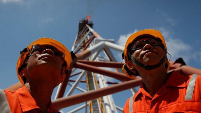 Nhân viên Rosneft Việt Nam ở mỏ khí Lan Tây ở Biển Đông ngoài khơi bờ biển Vũng Tàu, Việt Nam hôm 29/4.