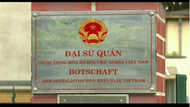 Tấm biển trên cổng Đại sứ quán Việt Nam tại Berlin