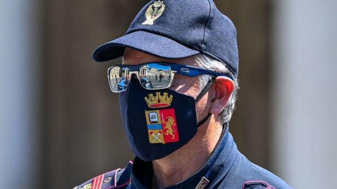 Итальянский полицейский в маске