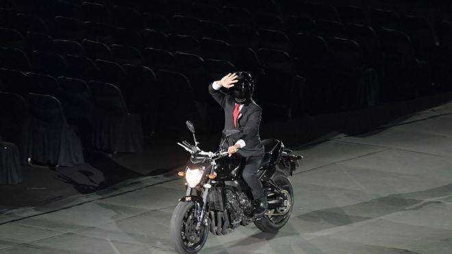 'Tổng thống Indonesia Joko Widodo' xuất hiện trên chiếc xe máy rất phong cách. Ông được một diễn viên đóng thế thể hiện màn này.