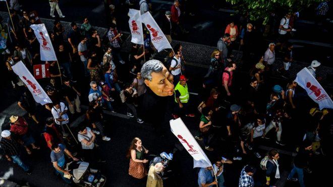 Em Lisboa, Portugal, manifestante levaram um boneco do primeiro-ministro Antonio Costa.