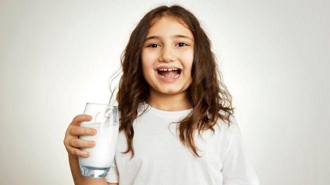 Коровье молоко содержит эстрогены, но их количество вряд ли может как-то повлиять на здоровье человека
