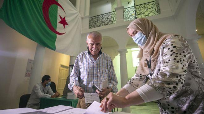 ناخب جزائري يدلي بصوته في السفارة الجزائرية في تونس يوم 10 يونيو/حزيران 2021