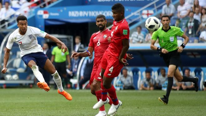 Jesse Lingard anota el tercer gol de Inglaterra de su victoria por 6-1 sobre Panamá.