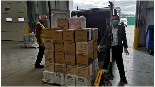 50 thùng găng tay và khẩu trang do cộng đồng gửi đã được Hội Người Việt Nam tại Vương Quốc Anh (VAUK) chuyển tới một khu của NHS ở Dartford, Kent