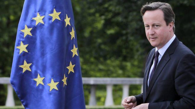 Дэвид Кэмерон проходит мимо флага ЕС в июне 2015 года