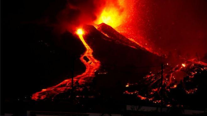 La lava fluye desde el crater del volcán en La Palma, España.