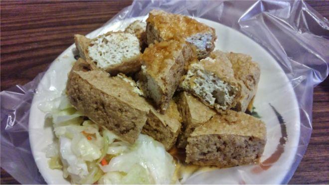 臭豆腐有的說是清代落榜考生王致和發明的,也有的說是明朝的時候就有臭豆腐的相關記載。
