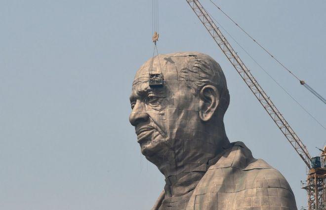 Trabalhadores dão últimas retoques em estátua de Sardar Vallabhbhai Patel, na Índia