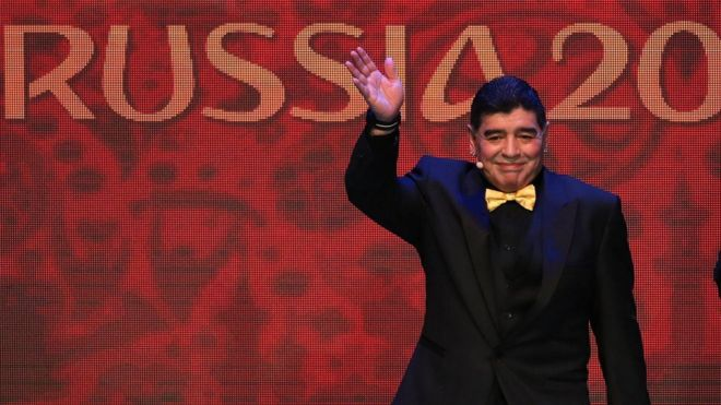 Maradona vestido de mujer en italia