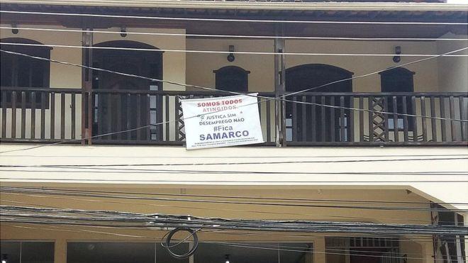 Cartaz em varanda de Mariana