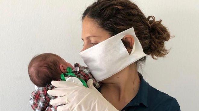 Sara Barrías y su hija recién nacida.