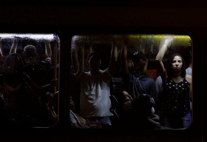 حافلة عامة مكتظة بالركاب في ريو دي جانيرو