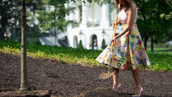 Мелания на каблуках с лопатой