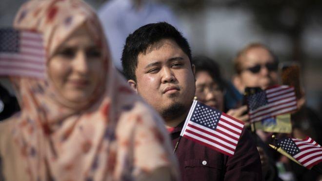 一群最近入籍美国的新公民正参加归化仪式。