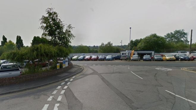 930e643428 Driver arrested after pedestrian dies in Tunbridge Wells - BBC News
