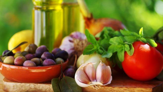 Uvas, dientes de ajo, tomate y aceite de oliva.