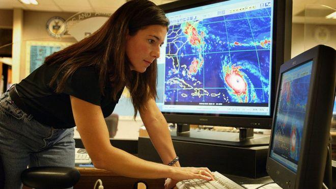 Una experta en el Centro Nacional de Huracanes, en EE.UU. rastrea el trayecto de un huracán