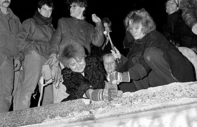 El 9 de noviembre de 1989 cayó el Muro de Berlín. Una multitud de alemanes eufórica del este cruzó la frontera abierta.