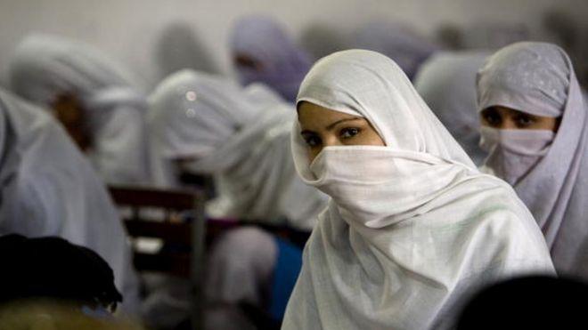 عقبنشینی مقامات پاکستانی از حکم استفاده اجباری از روبنده