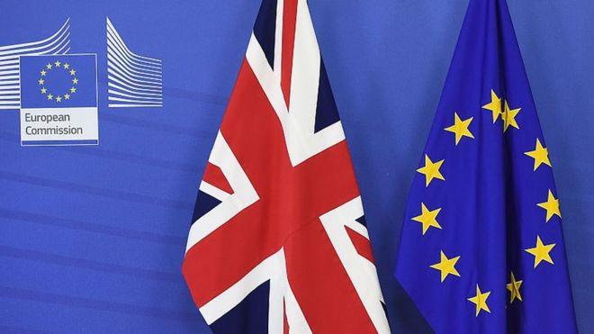 La bandera de Reino Unido junto a la bandera de la UE.