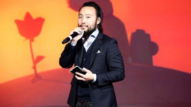 Юджин Чанг выступает со сцены кинофестиваля Трайбека (2016 г.)