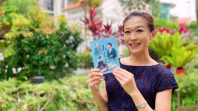 "La fan de Singapur Kit Ow con un dvd de ""Oshin"""