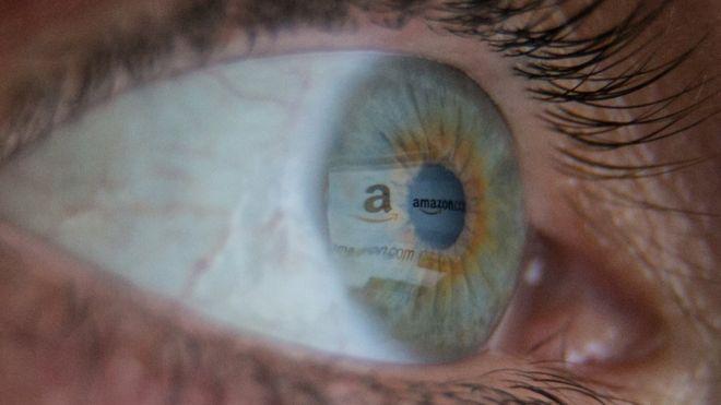Logo da Amazon refletida nos olhos de um consumidor