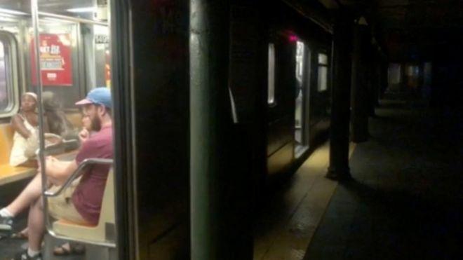 Центр Нью-Йорка остался без света. Обесточены метро, светофоры, театры