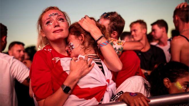 英格蘭的冠軍夢結束了,球迷們安慰彼此。