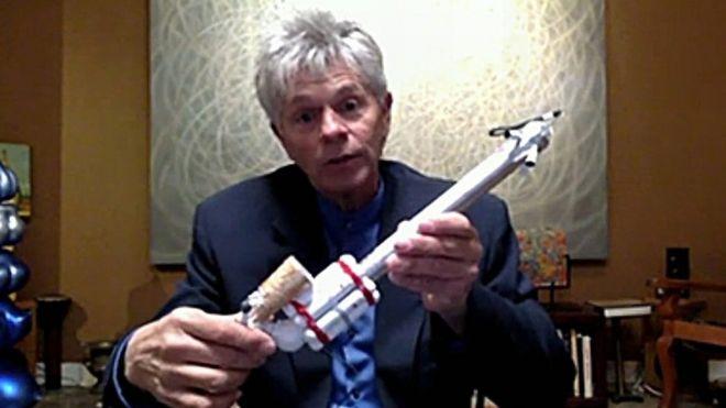 Mike Hughes con su cohete