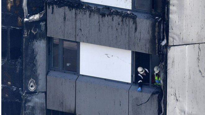 Rescatistas en el edificio