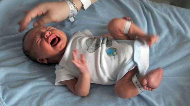 Um bebê chorando