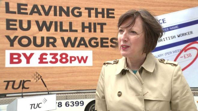 Фрэнсис О'Грэйди перед вывеской, в которой говорится, что выход из ЕС увеличит вашу заработную плату на 38 фунтов стерлингов в неделю