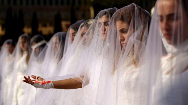 Activistas de la ONG Abaad (Dimensiones) en el Líbano protestando vestidas de novia contra la ley que permitía a un violador ser exonerado si se casaba con su víctima